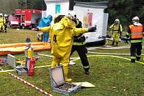 V ochranných oblecích zasahovali včera profesionální hasiči v Březině při improvizovaném úniku chlorovodíku z technologie.