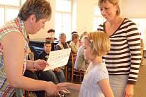 Barbora Neckářová zvítěžila v kategorii sedm až devět let. Ocenění přebírá od mirošovské matrikářky Jarmily Pidrmanové.
