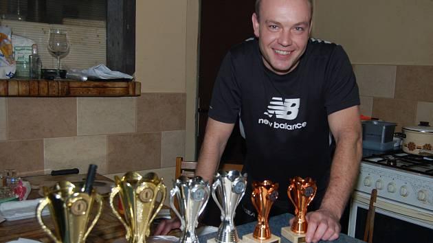 TOMÁŠ MORAVEC instaloval v Březině ceny pro vítěze čtvrtého ročníku turnaje v sedmách.