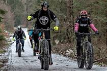 Jedenáct účastníků jízdy na ´tlustých´ kolech se vydalo ze Strašic do Brd. Zvládli téměř devadesát kilometrů.