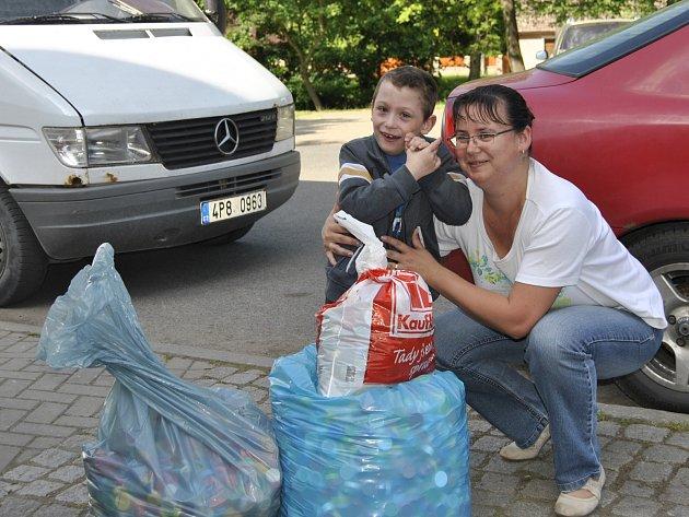 HONZÍK ŠMEJKAL se svojí maminkou Lenkou mají obrovskou radost ze sbírky.