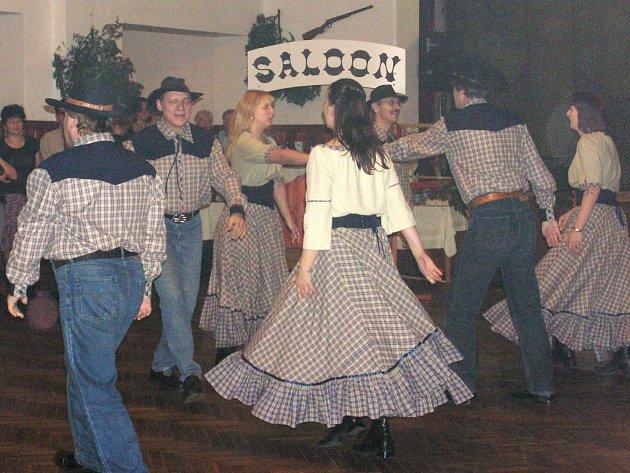 Na sobotním country bále v Dobřívě se tanečníci pořádající skupiny představili v nových kostýmech. Hosté zhlédli vystoupení Veselý rej.
