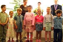 Zasedací síň holoubkovského obecního úřadu patřila v sobotu slavnostnímu vítání občánků a oceňování zasloužilých dárců krve. Představily se i děti z mateřinky.