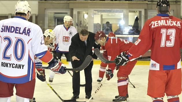 ČESTNÉ BULY. O víkendu zahajoval starosta Václav Kočí hokejový zápas mezi výběrem Rokycan a bývalými reprezentanty. Zimní stadion ve městě funguje už čtyřicet let.