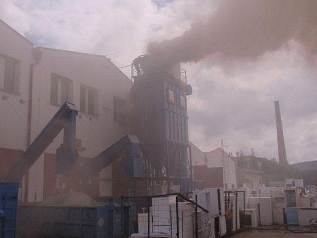 V areálu strašických bývalých kasáren hořelo.