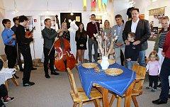 VERNISÁŽ v Muzeu dr. B. Horáka zahájila výstavu k padesátiletí existence souboru Rokytka.