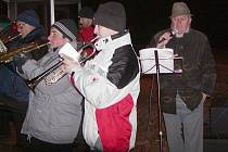V Kamenném Újezdu zpívali u stromku s Hrádeckými trubači.