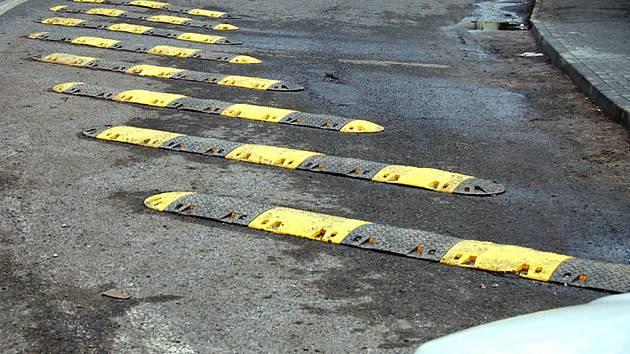 Především pod sněhem byly nebezpečné zpomalovací pruhy na křižovatce v Břasích.