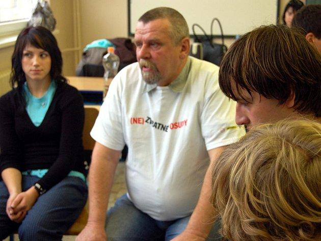 Studenti maturitní třídy rokycanského gymnázia se setkali s pozůstalými po haváriích na silnicích. Zamířil mezi ně Pavel Jedlička z Cheznovic (v bílém), který se po ztrátě tří nejbližších v únoru 2007 pustil do činnosti v Čes. sdr. obětem dopravních nehod