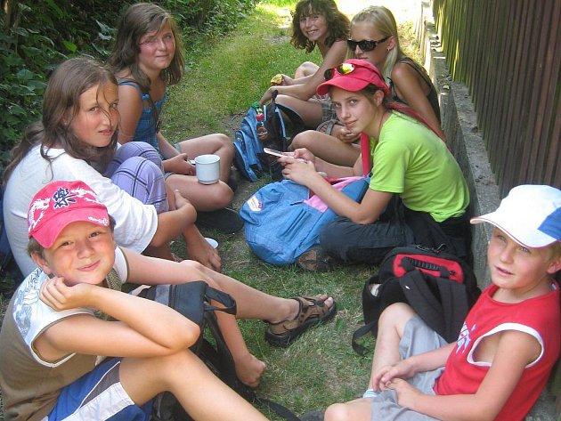 Údolíčko na Sirské hoře, kam děti vyrazily v rámci Pátku s rokycanskou knihovnou, přineslo poutníčkům díky pouhým 12 stupňům osvěžení v horkém dni.