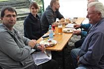 Krajská výstava nebyla jen záležitostí skupinky nadšenců z voldušské organizace. Pomohli i kolegové z Terešova – vlevo je Petr Blecha, vpravo Jiří Jágr, atd.