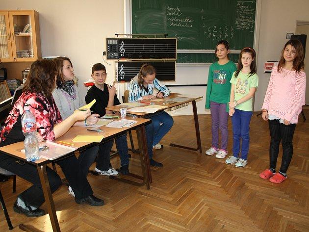 UČEBNA hudební výchovy se včera v ZŠ ulice Míru změnila v horké místo, kde v postupové soutěži žáci mohli předvést svůj talent a obhájit právo na veřejné vystoupení.