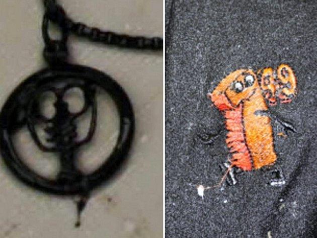 Mrtvý měl u sebe přívěsek se znamením štíra a logo na černém tričku.