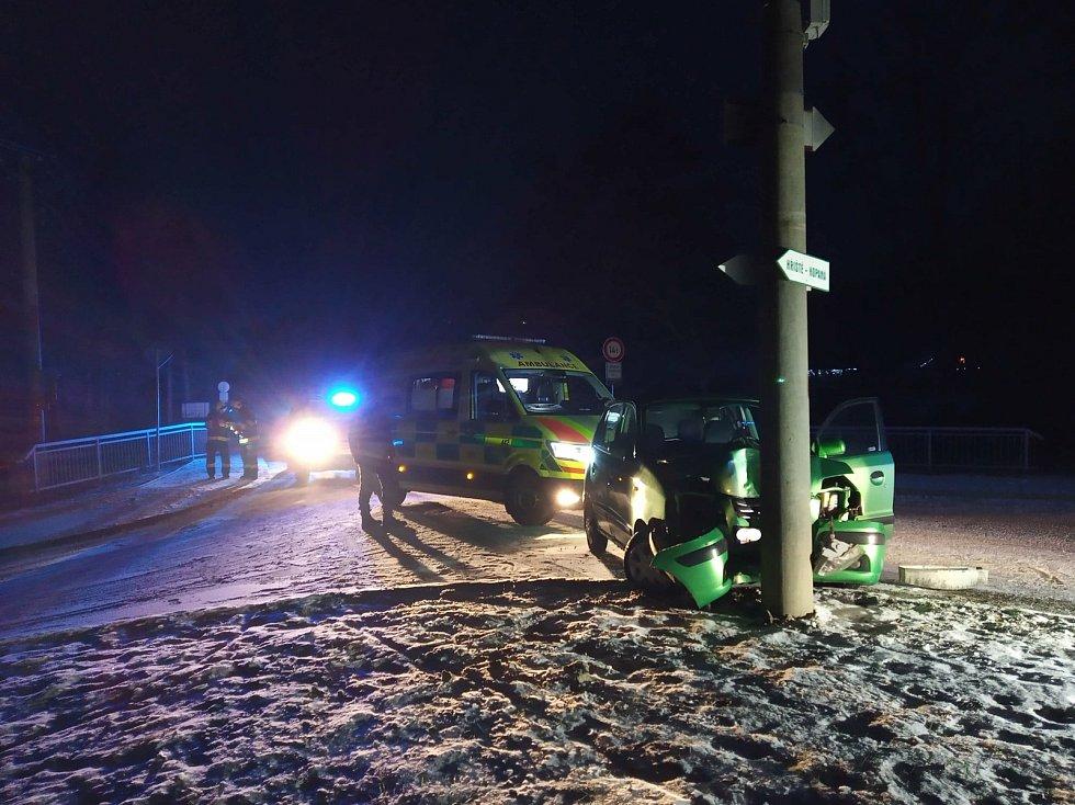 Řidička v Dobřívě skončila na sloupu - Při čtvrteční ranní nehodě v Dobřívě zasahovali profesionální hasiči z Rokycan a výjezdová jednotka SDH Mirošov