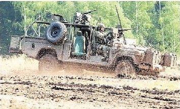V BOJOVÉ UKÁZCE Armády ČR se představil i Land Rover Defender Kajman. Vybaven je dvěma těžkými kulomety.
