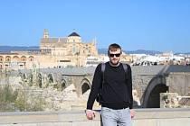Jakub je sportovec tělem i duší. Kromě volejbalu si rád zahraje tenis nebo nohejbal. S přítelkyní Míšou rád cestuje, před nuceným uzavřením hranic stihli navštívit španělskou Andalusii. Pravidelně se najde čas na lyžování, ale sám preferuje spíše letní a