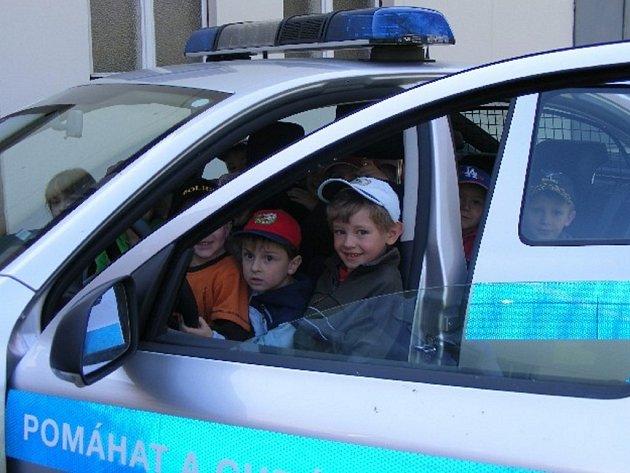Předškoláci z mateřinky Janov si mimo jiné prohlédli služební vůz i jeho vybavení.