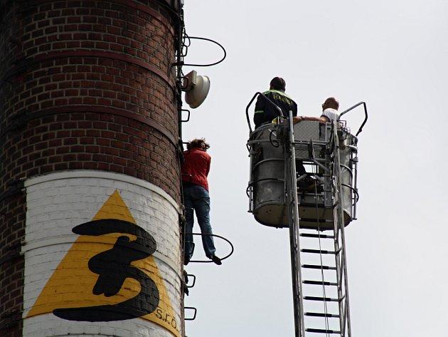 Žena chtěla skočit z vysokého komína