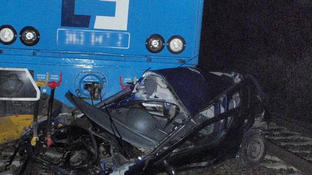 Vlak smetl osobní auto za železničním přejezdem v Kařízku.