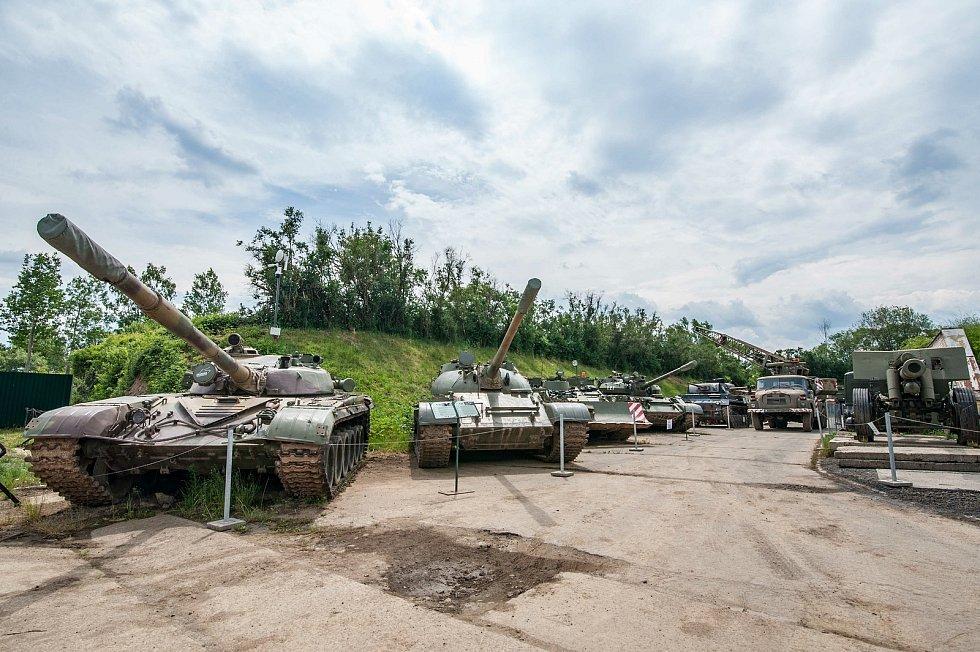 Vnější expozice tvoří zejména více než190 kusů vojenské technikyvětšinou v plně pojízdném stavu (automobilní technika z období II. světové války, poválečné výzbroje ČSLA, ženijní, spojovací a protiletadlová technika, rozsáhlé expozice obrněných tra