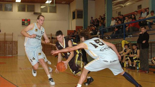 Vstup do letopočtu 2008 basketbalistům SKB Rokycany vyšel náramně. Na domácí palubovce smetli i Písek poměrem 112:80.