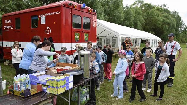 NA BŘEHU BEROUNKY U Zvíkovce vyrostlo stanové městečko. Místní hasiči do něj pozvali děti, které navštěvují mlečickou školu, a Zvíkovecké kytičky. Po řadě připravených soutěží a spoustě další zábavy pořádně vyhládlo.