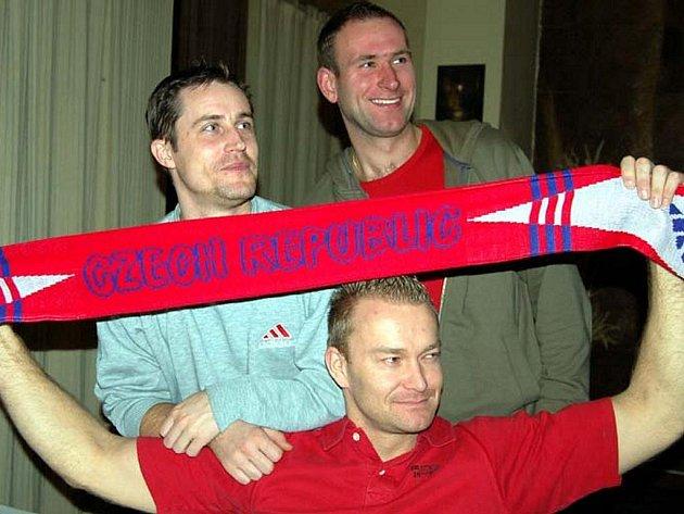 Až v polovině prodloužení se věrní hokejoví příznivci dočkali vítězného gólu Česka v osmifinále olympiády. V rokycanské sokolovně si zakřičeli i Josef Koníček (sedící), Jaroslav Klíma a Petr Zajíček.