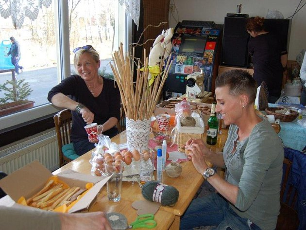 Restaurace Pod Rozhlednou u Kovohutí se v sobotu odpoledne proměnila ve výtvarnou dílnu.