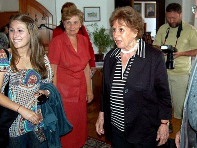 Zdeňka Fantlová (vpravo) na návštěvě v Rokycanech (ilustrační foto)