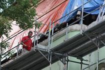 SMĚREM DO ULICE J. Knihy začala oprava střechy budovy někdejšího gymnázia, v níž nyní sídlí střední odborná škola. Zakázku vysoutěžila firma BIS.