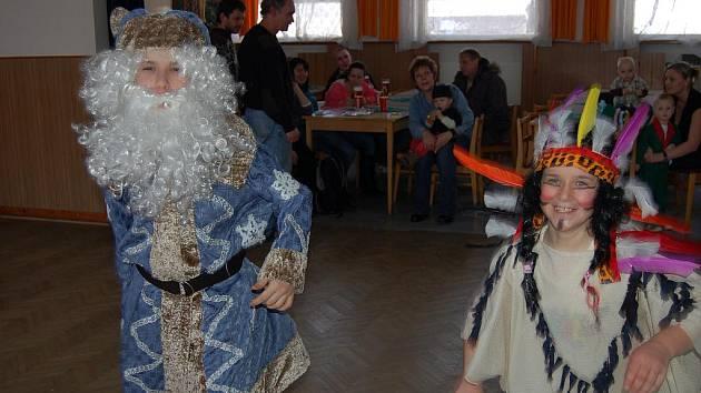Na maškarní karneval v Cekově se důkladně připravili i sourozenci Ladislav a Adéla Čechovi. Vždyť součástí bálu byla soutěž o nejlepší masky.