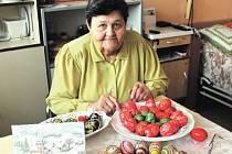 JIŘINA SOCHŮRKOVÁ žije v mirošovské Harmonii bezmála tři roky. Věnuje se zde ručním pracím a před Velikonocemi bylo pochopitelně aktuální zdobení vajíček.