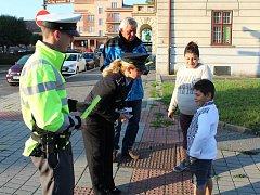 POLICEJNÍ MLUVČÍ Hana Kroftová (uprostřed), společně s krajským koordinátorem BESIPu Václavem Ircingem a s ochránci zákona, učila chodce správně přecházet.