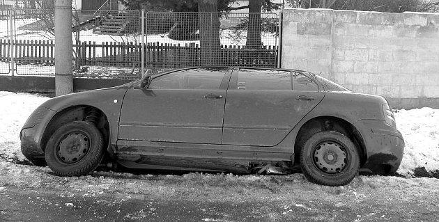 Středeční tři dopravní nehody mají téhož viníka. Je jím devětačtyřicetiletá řidička, která nakonec skončila v příkopu nedaleko Kamenného Újezdu. Na místo vyráželi také zdravotníci.