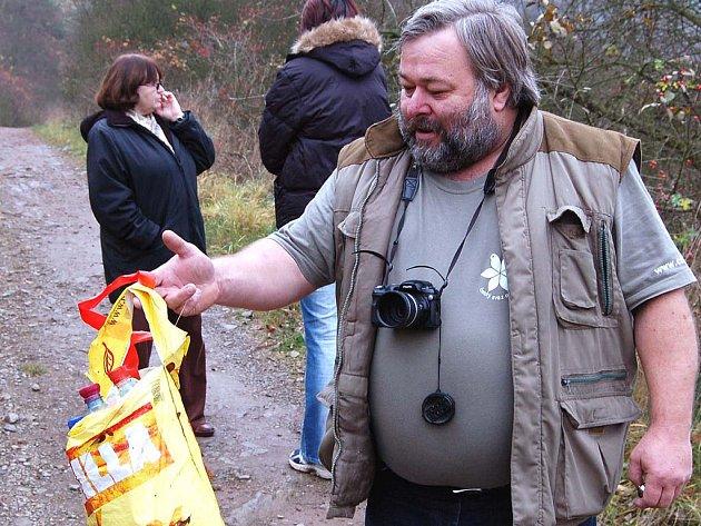 Hodně nadokresní rozměr má otevření chráněného území mezi Kamencem a Svatou Barborou. Němčovický starosta Karel Ferschmann ale hned s nalezenou taškou plnou PET lahví dokumentoval, že slušný vztah k přírodě není u lidí samozřejmý.