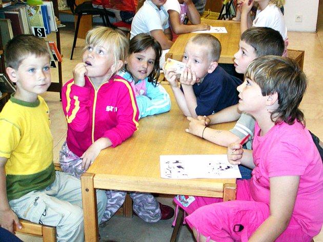 Žáci základní školy ze Zaječova luštili v knihovně.