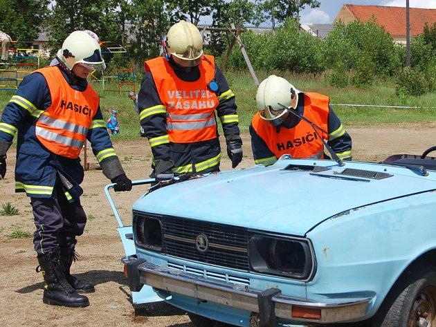 Profesionálové z Radnic nadchli účastníky oslav hasičského sboru v Kříších.