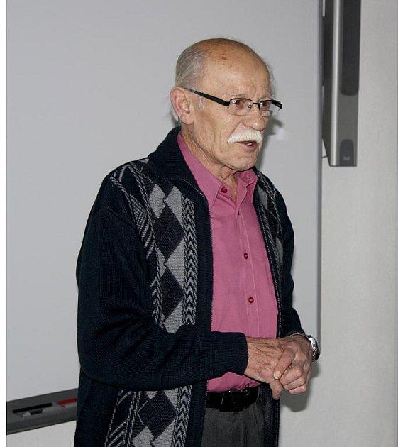 Ladislav Nocar z Tlučné se včera dopoledne s deváťáky podělil o své zkušenosti z období železné opony.