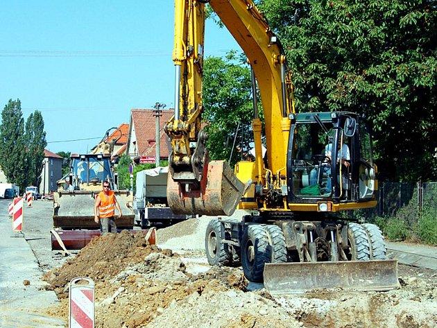 Ani ve svátečních dnech se nezastavily práce při rekonstrukci ulice Boženy Němcové v Rokycanech. Stavaři tu budou úřadovat ještě rok.