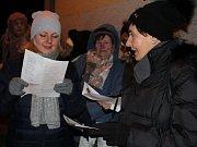 I přes silný vítr dorazilo do Břas 317 zpěváků. Společně si zazpívali několik vánočních koled a zahřáli se u svařeného vína a čaje. Předvánoční atmosféru dokreslil ohňostroj.