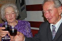 Diamantovou svatbu v sobotu slavili se svými nejbližšími manželé Zdeňka a Zdeněk Reindlovi z Dobříva. Slavnostní oběd absolvovali ve zdejší vinárně.