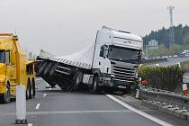 Převracení havarovaného kamionu na 67. kilometru dálnice D5, ve směru na Rozvadov.