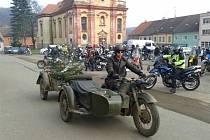 Desítky motorkářů zaplnily na Štědrý den náměstí v Radnicích.