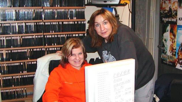 Šárka Procházková (vlevo) je však stálou návštěvnicí, proto ji vedoucí Petra Neckářová (vpravo) nechá vybrat novinky přímo z počítače.