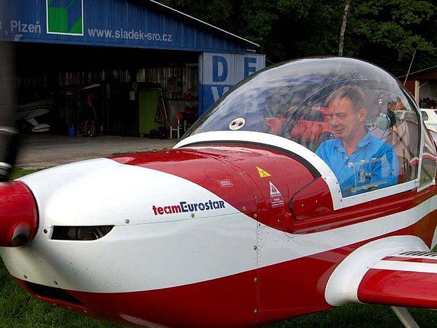 Rokycanský letec Jaromír Šimr si nenechal v sobotu ujít soutěž O pohár Petra Tučka.