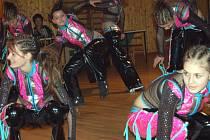 Desátý cyklistický ples v Oseku zpestřila v pátek večer dvě vystoupení rokycanských tanečníků. Skupina T.C.O. Dance strhla svojí vitalitou návštěvníky.
