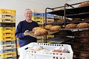 VELIKONOCE zaměstnávají pekaře i v noci. U Frídelů (na snímku Ladislav Frídel) vyndavají z pece jeden mazanec za druhým a zájmu skoro nestačí v případě beránků.