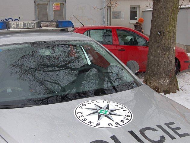 Policejní auta se sjela k veřejným záchodkům v centru Rokycan. Nalezena tu byla mrtvola mladého muže. Ve výřezu je pak oznámení na dveřích objektu.