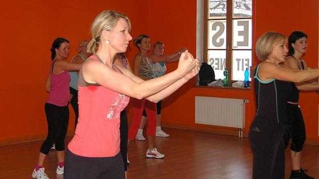 Zumba je v kurzu. Dopoledne lze strávit různým způsobem. Jedním z nich jsou pravidelné lekce zumby, tedy tance a cvičení v jednom. Lekce se staly velice oblíbené zejména pro ženy.