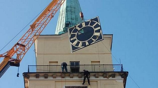 Za pomoci těžké techniky instalovala ostravská firma na věž rokycanského kostela čtvery renovované hodiny.
